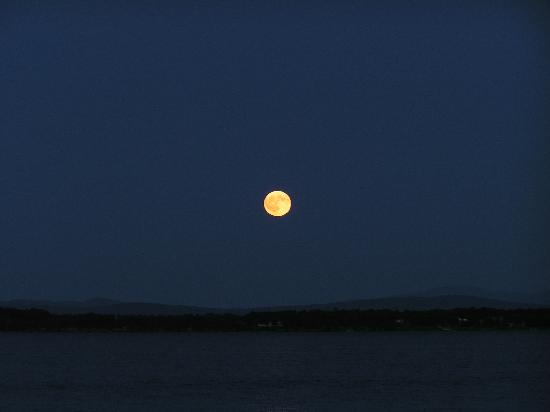Plattsburgh, État de New York : Full Moon on a Cool Summer Evening