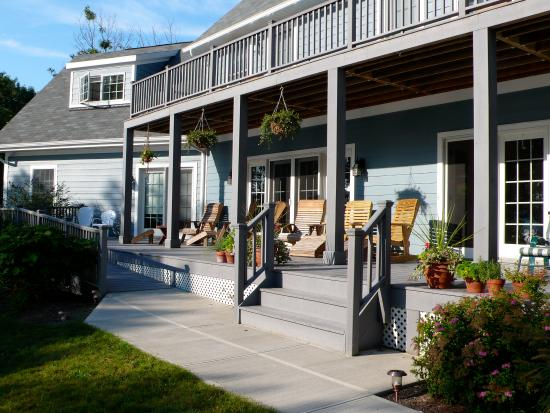 The Pearl of Seneca Lake B&amp;B: the porch