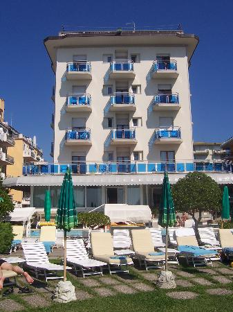 Hotel Croce di Malta Veneto: view of hotel from beach