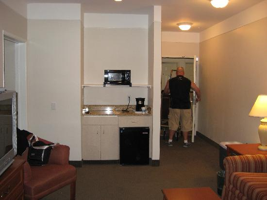 La Quinta Inn & Suites Visalia/Sequoia Gateway: Suite wet bar (and my husband in the background)