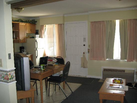 Econo Lodge: Living area from bedroom