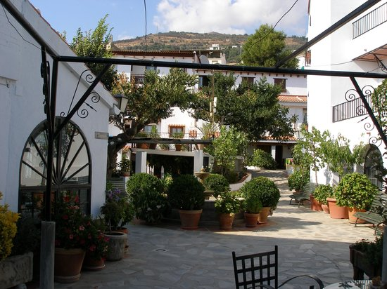 Hotel Alcadima: Uno de los patios al lado del comedor.