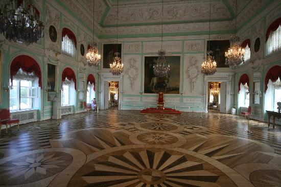 http://media-cdn.tripadvisor.com/media/photo-s/01/18/ec/2c/peterhof-palace.jpg