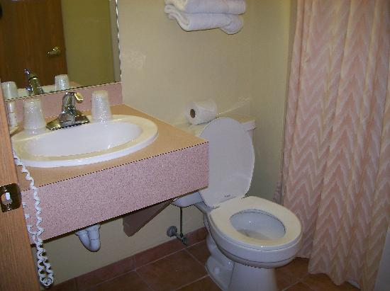 The Lighthouse Resort: Nice clean bathroom (small sink)