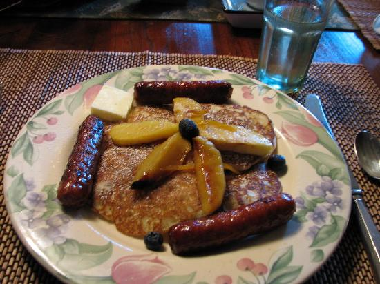 The River Lodge Bed and Breakfast: Pancakes with peaches that were soaked in Southern Comfort