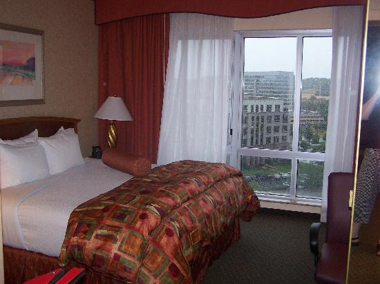 Embassy Suites Nashville South/Cool Springs: The bedroom and view