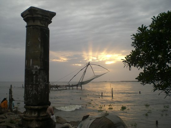 Kochi (Cochin), Indien: sunset and chinese fishing net in Kochi