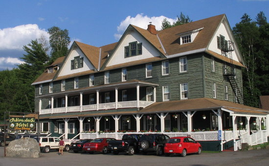 Long Lake, Нью-Йорк: Hotel from the road