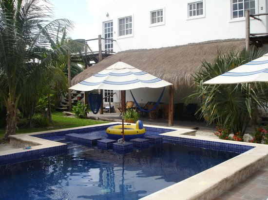 Villa Escondida B&B: View of the pool, looking toward the guest rooms