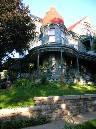 Reagan's Queen Anne B & B : Love at First Sight