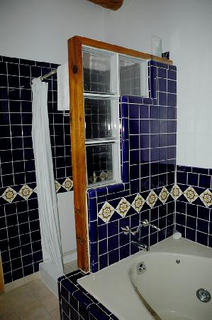 The Guadalupe Inn: Guadalupe Inn-Nice tiled tub and shower