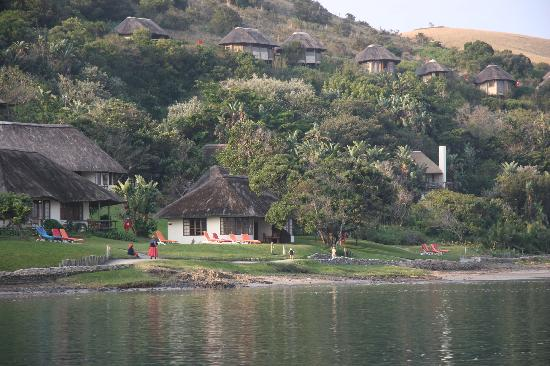 Port St Johns, Sr-Afrika: Umngazi Bungalows as seen from across the river