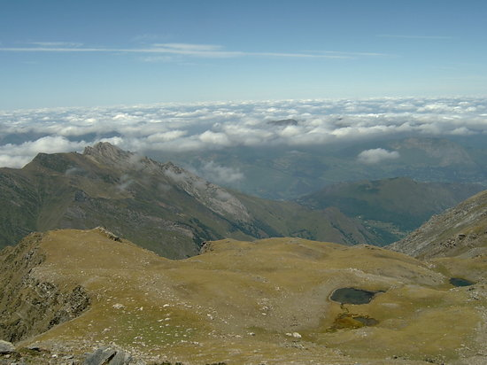 Medios Pirineos, Francia: view as walked up the mountain