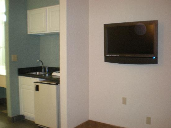 Hotel Mimosa Riverwalk: Kitchenette/Flat Screen