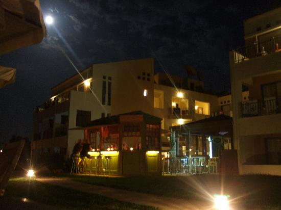 Iperion Beach Hotel: The hotel at night