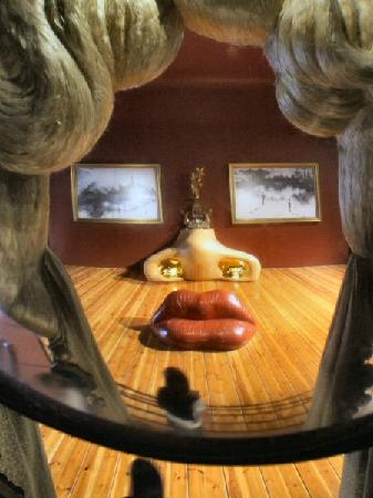 http://media-cdn.tripadvisor.com/media/photo-s/01/1a/8f/af/teatro-museo-dali-figueras.jpg
