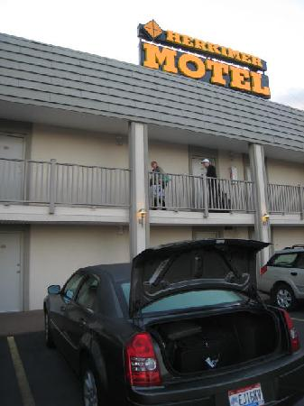 Herkimer Motel &amp; Suites: Loading bags into the car is convenient