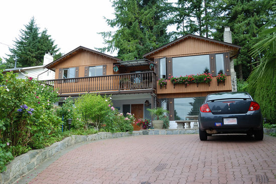 North Vancouver, Kanada: Mountain B&B from outside