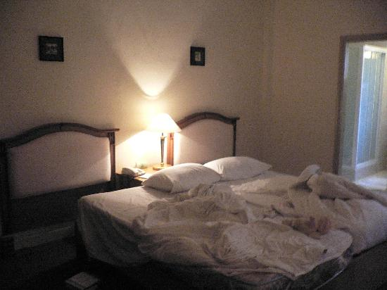 โรงแรมลิเบอร์ตี้โฟร์: the bed was joint together since there were  no twinbed .. haha.. what a service