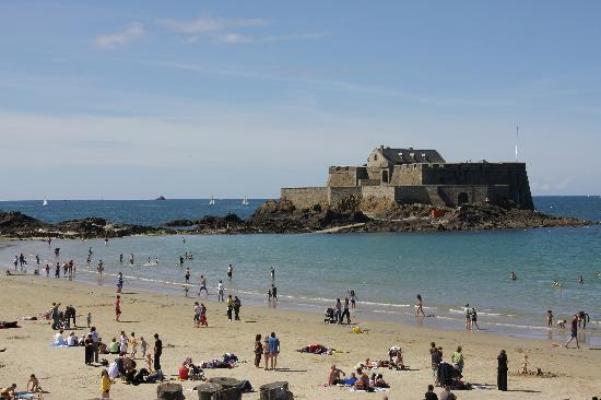 Hotel Le Nautilus: The beach and fort at St Malo.