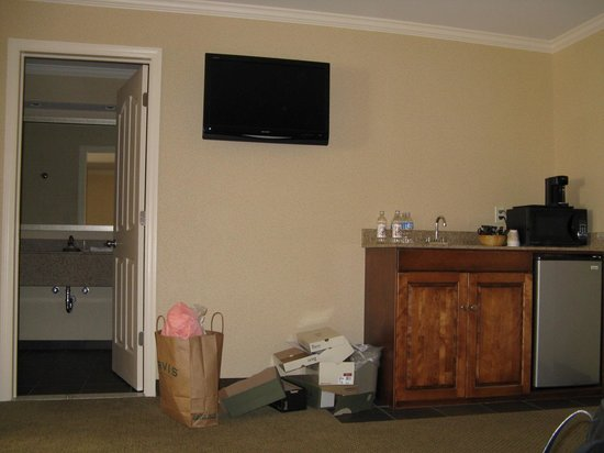 Clarion Inn &amp; Suites: Wall mounted TV