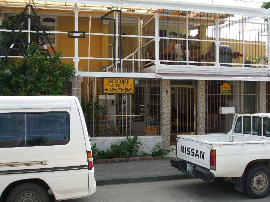 A1 Apartments Aruba: front of property with property's 2 vehicles