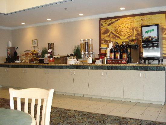 La Quinta Inn & Suites Visalia/Sequoia Gateway: the breakfast buffet