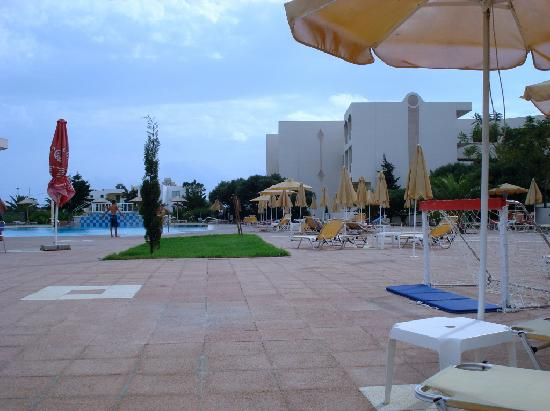 Sovereign Beach Hotel: Villaggio piscina