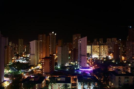 Servigroup Pueblo Benidorm: A nightshot from balcony of room 1514, 15th floor