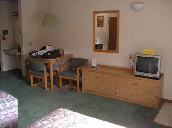 Mini Golden Inns Motel: Another interior view of my room