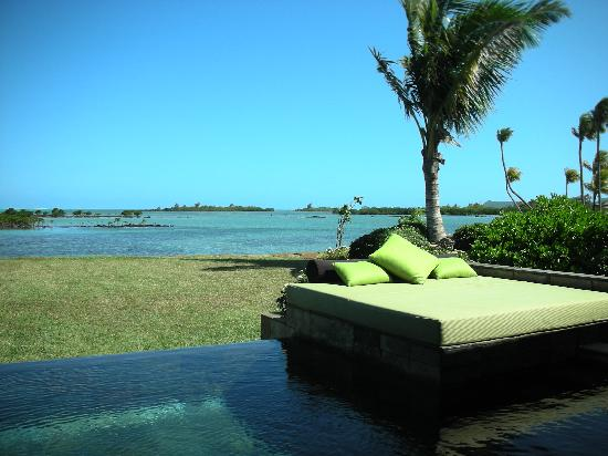 Fsmru pool daybed and private garden of a lagoon pool for Garden pool villa four seasons mauritius