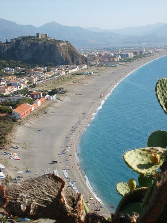 Milazzo, Italie : View of beach from promontory above