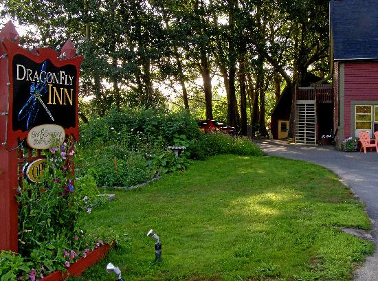 Dragonfly Inn: the not-so-perfect breakfast barn at the back