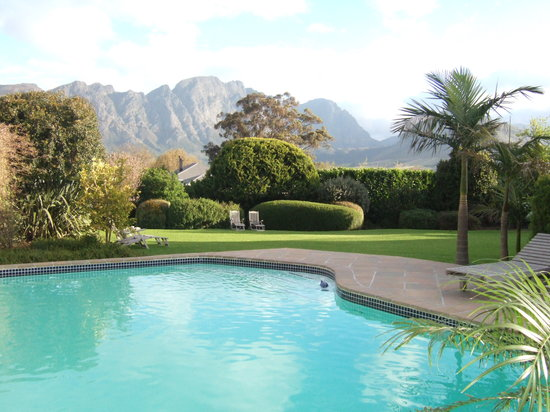 Avondrood Guest House: Pool with the Mountains