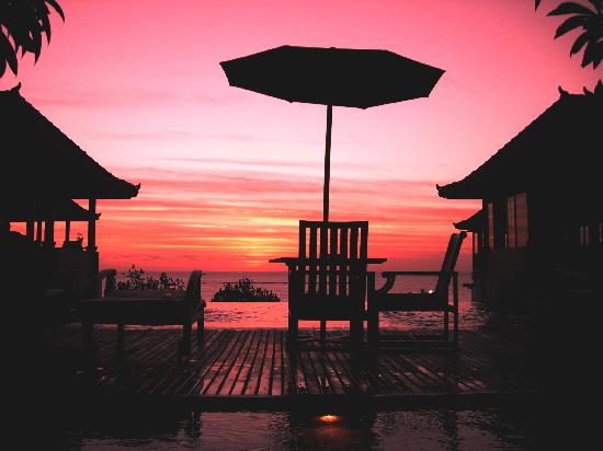 Mercure Kuta Bali: Sunset by the pool deck of Mercure