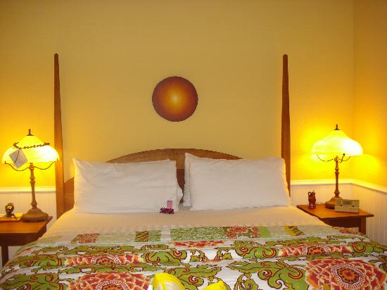 Waianuhea Bed & Breakfast: The bed in Liolio room