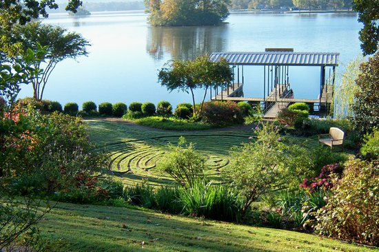 Lookout Point Lakeside Inn: gardens