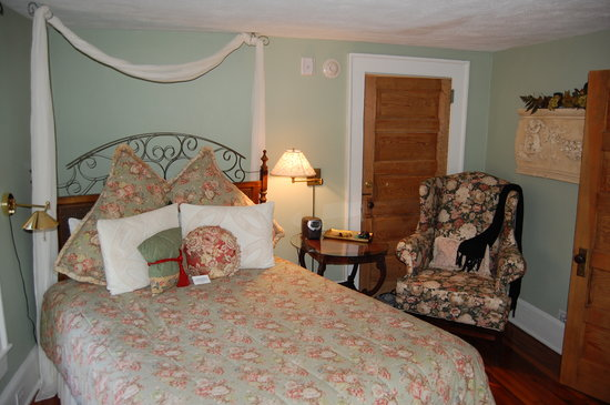 Hill House Bed &amp; Breakfast Inn: Our bedroom at the Hill House.