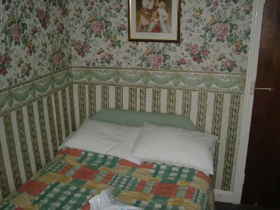 Manor House Hotel: tiny room/bed very dated