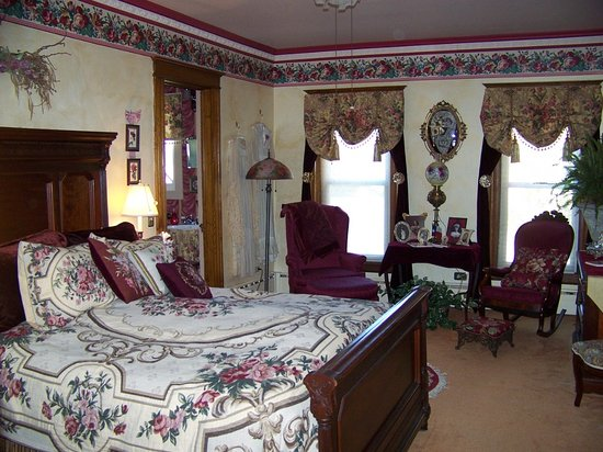 Rosewood Bed and Breakfast: The Rose room that we stayed in