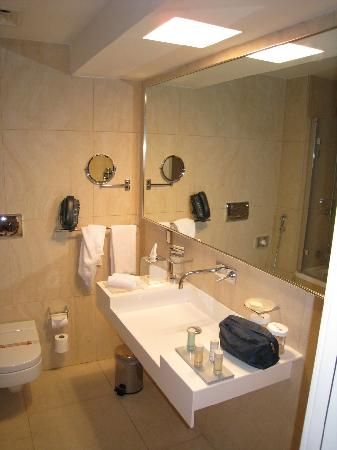 Radisson Blu Residence, Dubai Marina: nice bathroom although not that much shelf space.