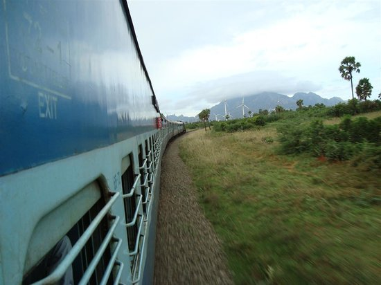 Chennai (Madras), Hindistan: Rare view of train while turning