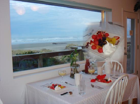 Sea Spirit House Bed and Breakfast: Breakfast with a view!