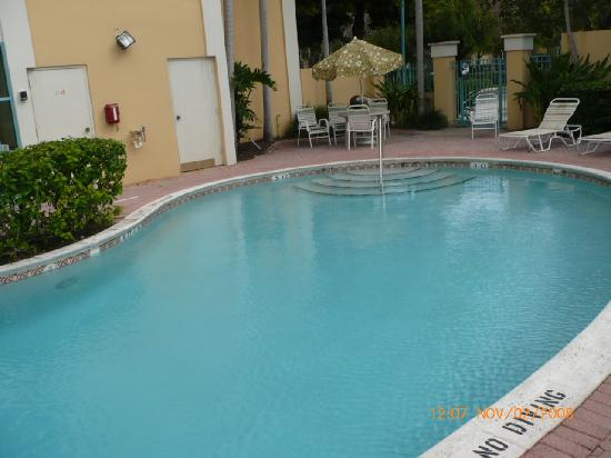La Quinta Inn &amp; Suites Plantation at SW 6th St: piscina