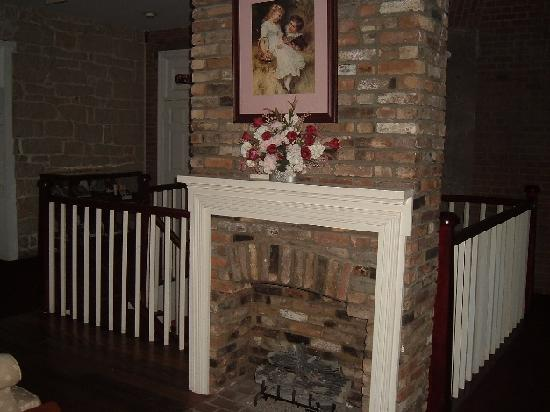 Old Talbott Tavern: Upstairs Fireplace.