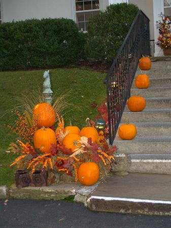 Historic General Lewis Inn: driveway decoration in front of inn