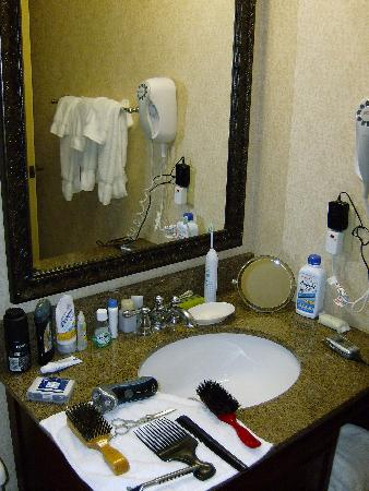 Holiday Inn San Antonio Downtown: Small basin but tons of fluffy towels.
