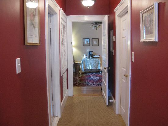 Cameron Park Inn Bed and Breakfast: Hallway from bedroom to private sitting room