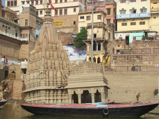 Varanasi, Inde : Temple afloat, in the boat?!