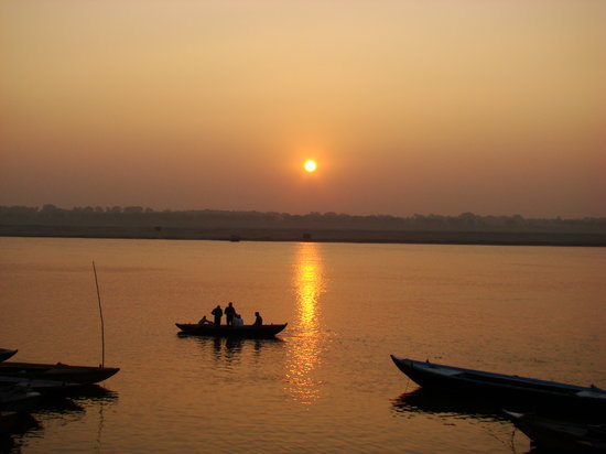 Varanasi, Inde : Glorious sunrise and an early morning boat ride..
